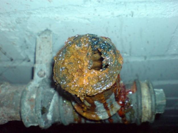 Rohr mit Kalk und Rost verstopft