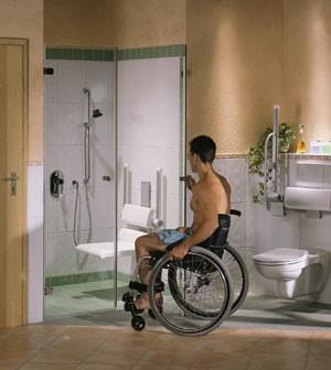 Rollstuhl im behindertengerechten Bad