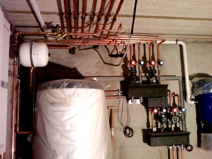 Professionell und übersichtlich verlegte Wasserleitungen